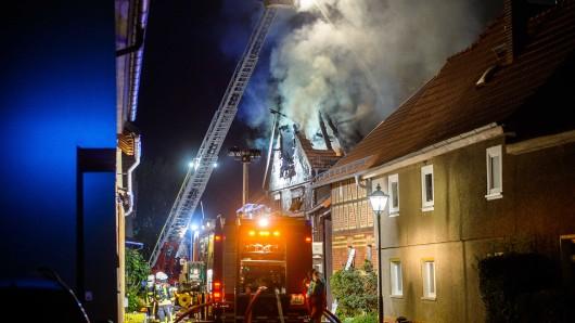 Bei einem Brand in Bösleben-Wüllersleben (Ilm-Kreis) ist am frühen Freitagmorgen (17.08.2018) der Dachstuhl eines Reihenhauses eingestürzt. Gegen 1 Uhr war im Dachstuhl des Gebäudes in der Gommerstedter Straße das Feuer ausgebrochen. Der Dachstuhl gab schließlich nach. Verletzt wurde niemand.