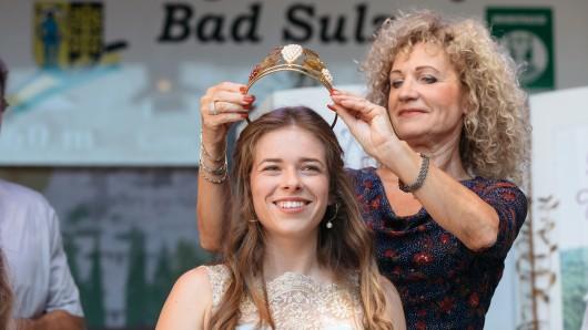 Stefanie Klöck ist die neue Thüringer Weinprinzessin 2018/19. Landwirtschaftsministerin Birgit Keller (Linke) setzte ihr beim Thüringer Weinfest in Bad Sulza die Krone auf.