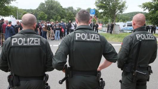 Mit einem Großaufgebot wird die Polizei am Samstag das Neonazi-Konzert und die Gegenproteste in Mattstedt bei Apolda absichern. (Archivfoto)