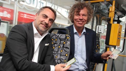 Geras Oberbürgermeister Julian Vonarb und Thorsten Rühle, Chef des GVB, fahren ohne Fahrkarte.