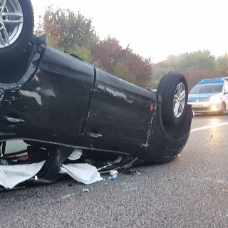Das Auto blieb auf dem Dach liegen, die Insassen wurden ei dem Unfall schwer verletzt. (Symbolbild)
