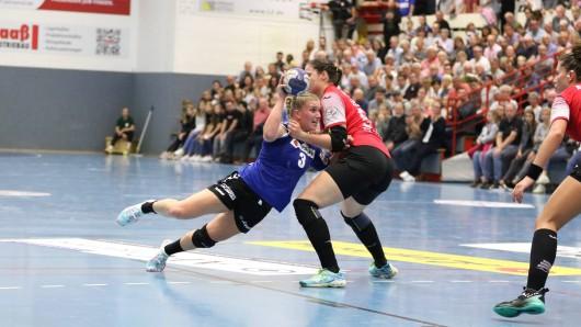 Laura Rueffieux (HSG Blomberg-Lippe, links) gegen Josefine Huber (Thueringer HC).