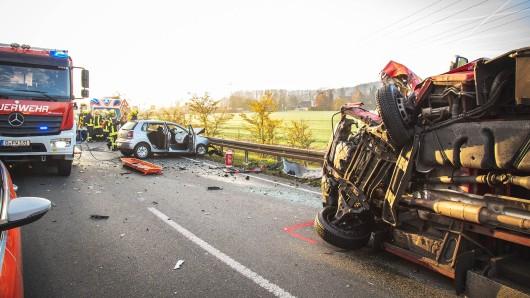 Bei Bad Köstritz hat sich am Donnerstag (15.11.2018) ein schwerer Unfall ereignet. Vier Menschen wurden teils schwer verletzt, ein Rettungswagen war bei dem Frontalzusammenstoß umgekippt.