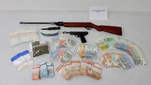 Die Suhler Polizei hat bei Hildburghausen ein Paar festgenommen, das im großen Stil Drogen geschmuggelt haben sollen. Neben Crystal fanden die Beamten auch Waffen und jede Menge Bargeld.