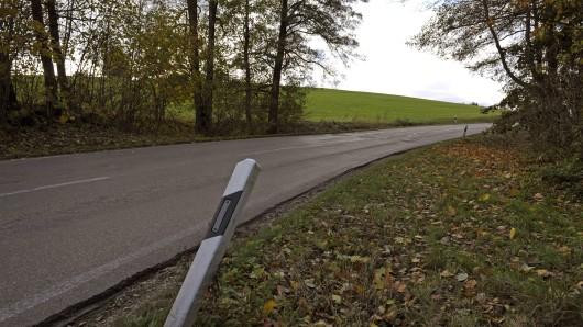 Ein Mann hat auf einer Bundesstraße in Thüringen leichtfertig sein Leben aufs Spiel gesetzt. (Symbolbild)