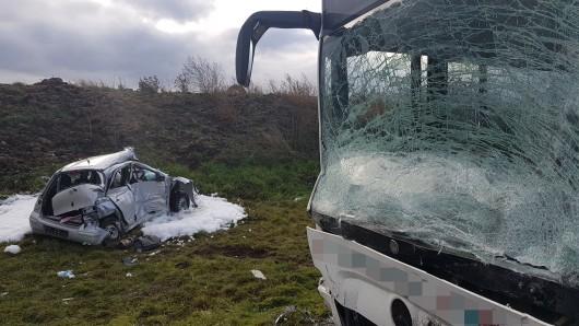 Zwischen Altenburg und Göhren hat sich am Dienstag (04.12.2018) ein schwerer Unfall zwischen einem Bus und einem Auto ereignet.