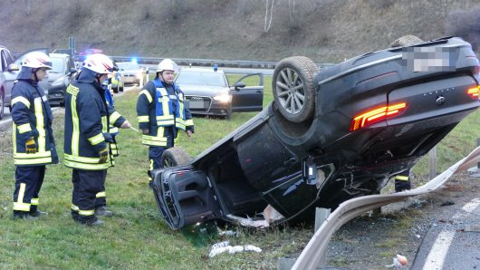 Auf der Flucht vor Spezialkräften der Polizei Hessen hat sich ein Mann mit seinem Auto auf der A38 bei Leinefelde überschlagen.