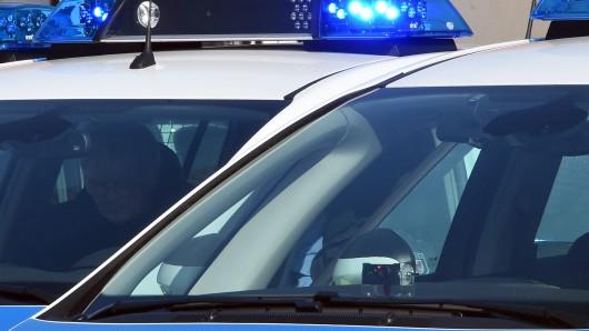 Auf der A71 bei Arnstadt ist ein Autofahrer gegen einen Lkw geprallt.