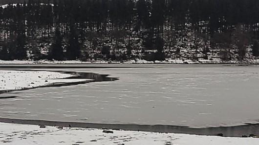 Auf den Stauseen in Thüringen bildet sich Eis. Die Schicht zu betreten, kann lebensgefährlich sein.