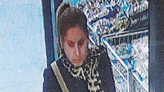 Diese Frau soll einer Rentnerin in Mühlhausen das Portemonnaie geklaut haben.