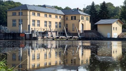 Das 1923 errichteten Wasserkraftwerk Spichra spiegelt sich im Wasser der Werra.