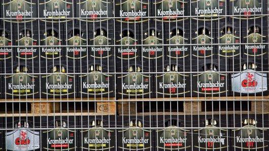 Manch einem mag die Absicherung von Leergut übertrieben vorkommen. Doch hinter den Zäunen von Getränkemärkten lagert ein kleines Vermögen. (Symbolfoto)