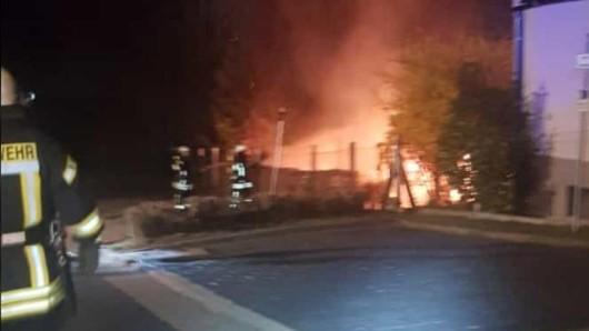 In Sondershausen hat ein Brand mehrere Fahrzeuge und ein Carport zerstört.