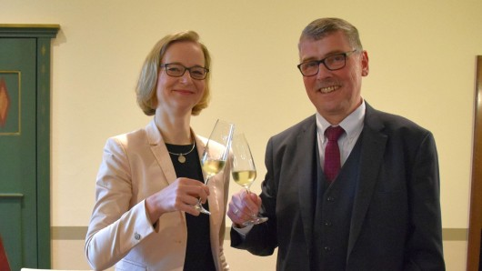 Eisenachs Oberbürgermeisterin Katja Wolf und der Landrat des Wartburgkreises, Reinhard Krebs, stoßen auf die Fusion an.