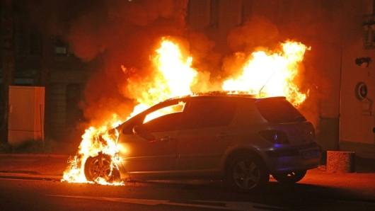 Im Ilm-Kreis in Thüringen ist nach einem Unfall ein Auto ausgebrannt. Ein Mann saß noch in dem Wagen.