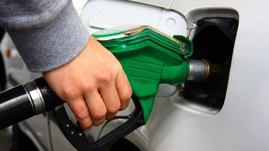 In Thüringen ist ein Mann einfach mit seinem Auto davongefahren, ohne an der Tankstelle zu bezahlen.
