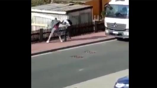 Ein Video auf Twitter und Facebook soll eine Szene aus Großbarthloff im Eichsfeld (Thüringen) zeigen. Zu sehen ist, wie ein Mann eine Frau brutal niederschlägt.