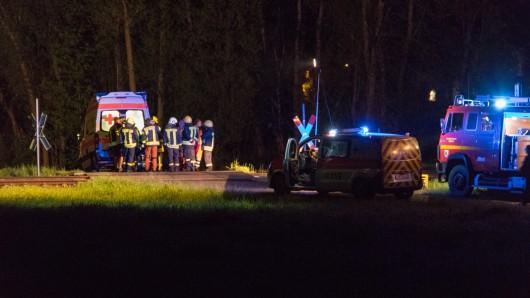 Die Rettungskräfte konnten das Leben des jungen Mannes nicht mehr retten. Er verstarb noch am Bahnübergang in Kleindambach, einem Ortsteil der Gemeinde Langenorla.