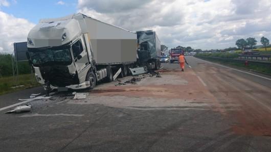 Auf der A4 bei Gotha in Thüringen ist am Dienstag (14.05.2019) in einem Stau ein Lkw auf einen anderen gerast. Zwei Männer wurden dabei schwer verletzt.