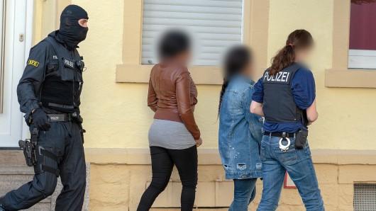 Bundespolizisten nahmen im Rahmen einer Razzia im Rotlichtmilieu mutmaßliche Prostituierte in Gewahrsam. Unter anderem wegen des Vorwurfs der Zwangsprostitution und Zuhälterei hat die Generalstaatsanwaltschaft Frankfurt jetzt fünf mutmaßliche Bordellbetreiber angeklagt. Der Prozess begann am 21.05.2019 vor dem Landgericht Hanau.