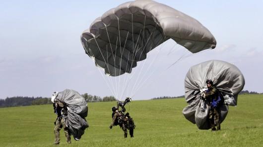 Fallschirmspringer der Bundeswehr bei einer Übung. (Archivbild)