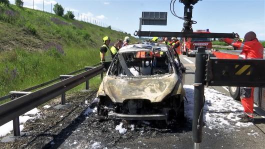 Dieses Auto brannte am Donnerstag auf der A71 aus – und war letztlich die Ursache für einen Unfall im Stau.
