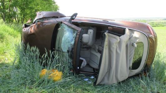 30 Meter neben der Autobahn landete das Cabrio auf dem Acker.