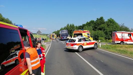 Auf dem Zubringer zur A71 bei Arnstadt ist am Freitag (07.06.2019) ein Reisebus, in dem mehr als 50 Kinder saßen, mit einem Auto zusammengestoßen.