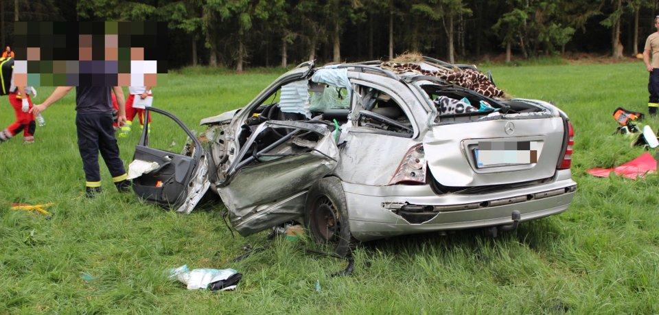 Bei einem Unfall an der A9 in Thüringen sind am Freitag (14.06.2019) eine Frau und zwei Kinder schwer verletzt worden.