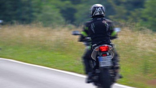 Der Motorradfahrer rutschte mehrere Meter eine Böschung hinab. (Symbolbild)