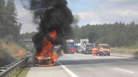 Drei Lkw, zwei Autos und ein Wohnmobil sind in Thüringen auf der A9 nahe Eisenberg verunglückt.