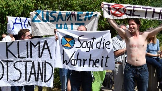 Junge Leute demonstrieren vor dem Thüringer Landtag für mehr Klimaschutz. Vor dem Parlament versammelten sich etwa 60 Menschen.