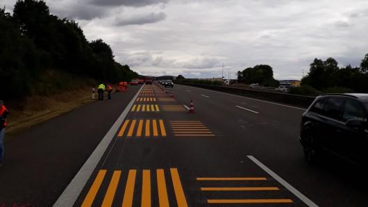 Plötzlich waren sie da: diese gelben Muster auf der A4 sorgen derzeit für Verwirrung bei Autofahrer.