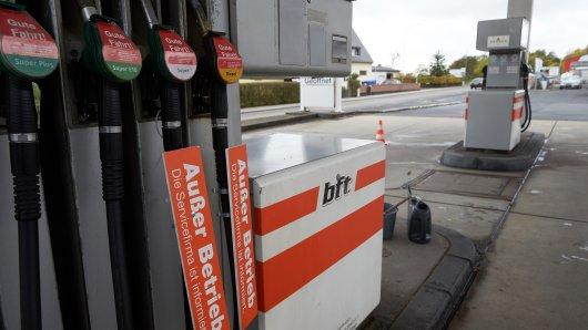 Eine Frau ist an einer Tankstelle bedroht worden. (Symbolbild)