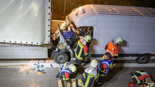 Der Transporter geriet auf der A4 unter den Lkw und wurde mehrere hundert Meter mitgeschliffen.