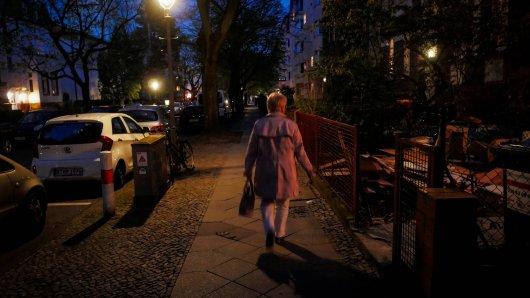 Eine Frau ist abends spazieren gegangen. Doch dann passierte es...(Symbolbild)