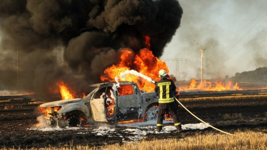 Der Wagen entflammte einen ganzen Acker und brannte darauf selbst komplett ab.
