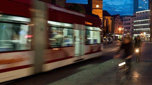 Jugendliche sind mit der Straßenbahn in Gera unterwegs gewesen. Jetzt sind mehrere Menschen verletzt. (Symbolbild)