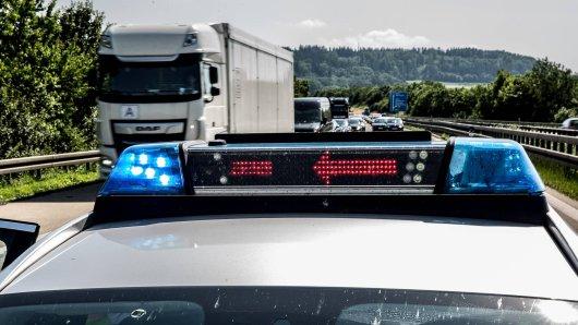 Nach einem Lkw-Unfall ist die A4 teilweise gesperrt. (Symbolbild)