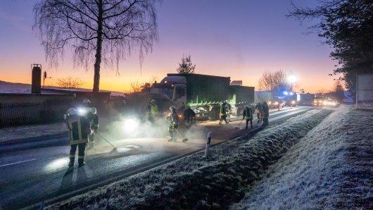 Ein Lkw hat am Dienstagmorgen große Mengen Öl auf der B85 in Thüringen verloren. Die Straße musste gesperrt werden.