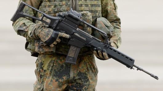Ein Bundeswehr-Soldat hält ein Gewehr G36 in der Hand. Werden damit bald unsere Polizisten ausgerüstet? (Symbolfoto)