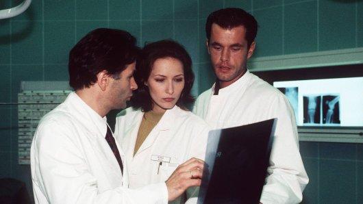 """Seit 23 Staffeln lieben die Fans die Ärzteserie """"In aller Freundschaft"""". Am Anfang drehte sich alles noch um Roland, Maia und Achim."""