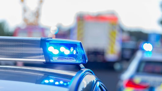 Schwerer Unfall in Thüringen! Ein Auto ist ungebremst in einen Bus gekracht. Eine Frau starb. (Symbolbild).