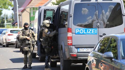 Die Polizei durchsucht in Kleinkeula (Thüringen) die Wohnung eines Tatverdächtigen.