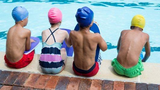In einem Schwimmbad in Thüringen attackierten Jugendliche vier kleine Kinder. (Symbolfoto)