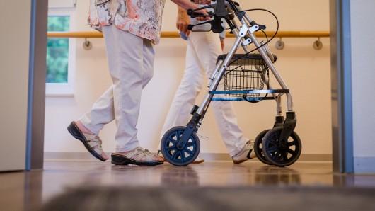 Nach einem Corona-Ausbruch in einem Pflegeheim müssen rund 220 Personen getestet werden.
