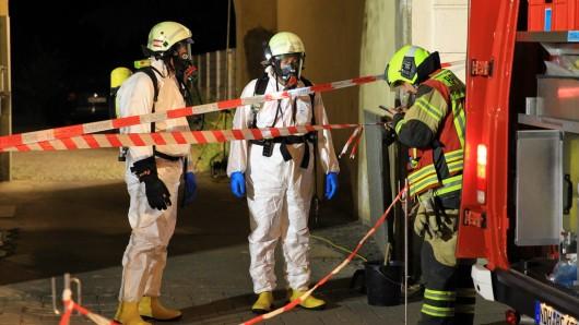 Unter Vollschutz musste die Feuerwehr in Nordhausen anrücken: Zwei Autos waren mit Buttersäure übergossen worden.