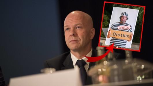 Weil er ein fragwürdiges Bild von Virologe Christian Drosten hochhielt und auch bei Facebook teilte, ermittelt die Ärztekammer nun gegen den AfD-Abgeordneten Robby Schlund.