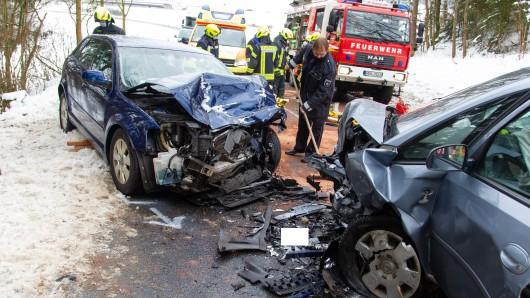 Im Landkreis Hildburghausen (Thüringen) sind zwei Auto frontal zusammengestoßen.