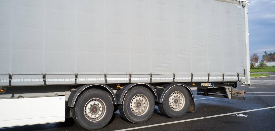 Ein Lkw-Fahrer war auf der A38 in Thüringen unterwegs als im etwas Verdächtiges auffiel. (Symbolbild)